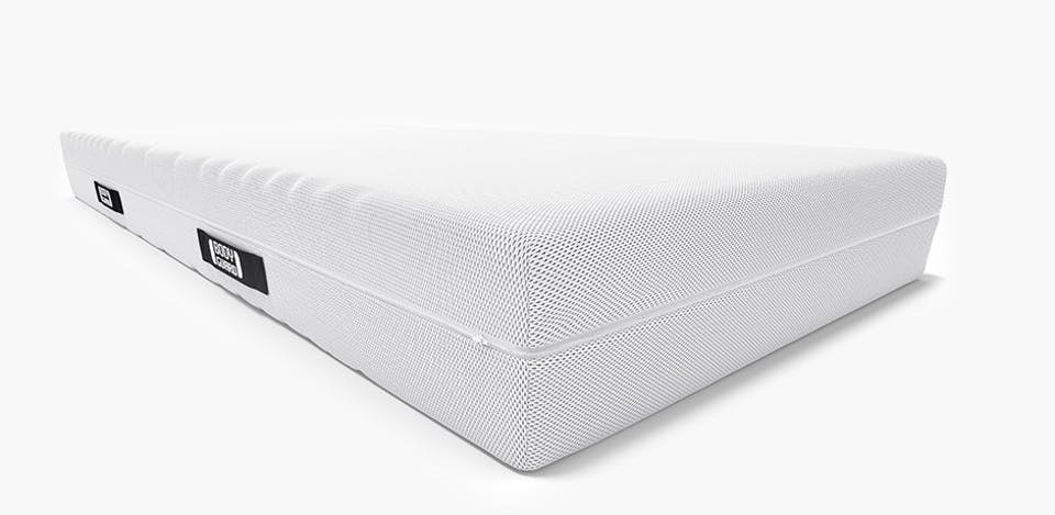 Zoom on the two-colored mattress core of the BODYGUARD Mattress with two levels of firmness, dark at the top (H3 medium firm), light at the bottom (H4 firm). Next to it stands: easily to flip.