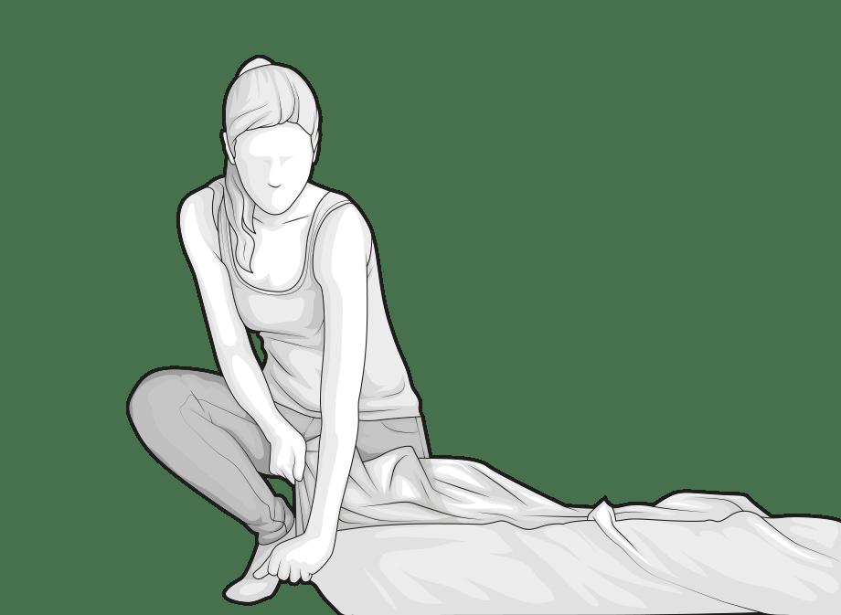 Illustration: Eine Frau öffnet an einer Ecke die Verpackungsfolie der BODYGUARD Matratze.