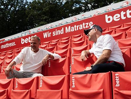 Foto: Links der ehemalige Tennisprofi und Davis-Cup-Spieler Markus Zoecke; rechts Adam Szpyt, der Geschäftsführer von bett1.de.