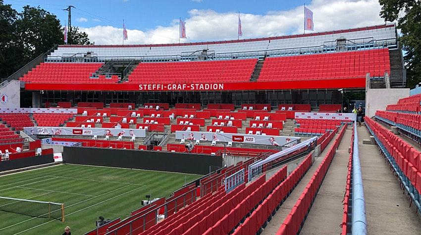 Foto: Das Steffi-Graf-Stadion mit roten Sitzbezügen.