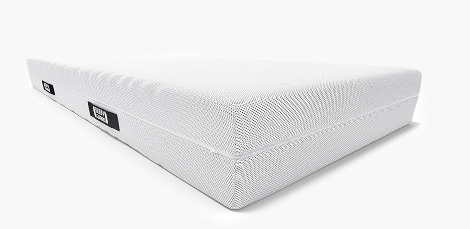 Die BODYGUARD Anti-Kartell-Matratze. An einer Ecke ist der Matratzenkern mit den verschiedenfarbigen Härtegraden sichtbar: mittelfest und fester.