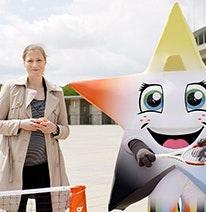 Foto: Friederike Sowislo, Geschäftsführerin der Deutschen Schulsportstiftung, und das sternförmige Maskottchen von Jugend trainiert für Olympia & Paralympics.