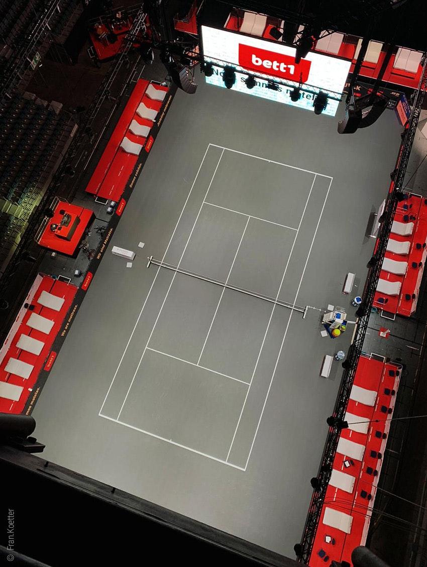 Foto: Der Tennisplatz der bett1HULKS in der Kölner LANXESS arena von oben.