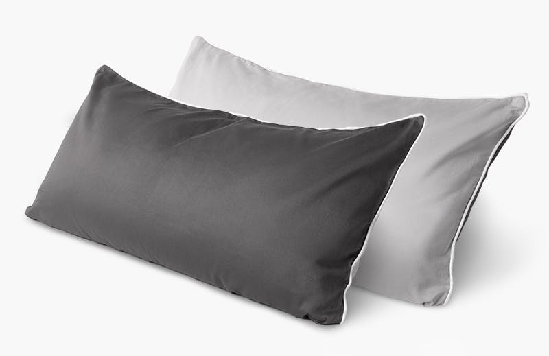 Two BODYGUARD Support Cushions Plus in the dimensions 80 x 40 cm lie on top of each other. They are covered with the BODYGUARD Satin Bed Linen.